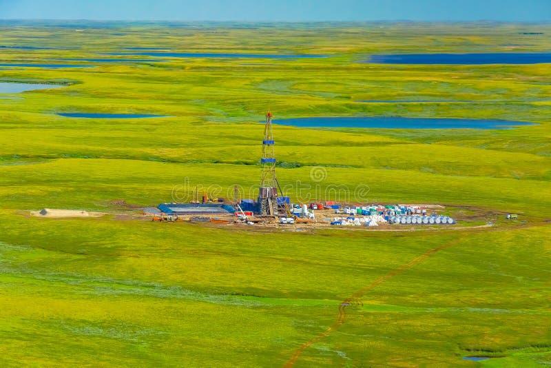 Vista da plataforma de petróleo na tundra de um helicóptero imagem de stock