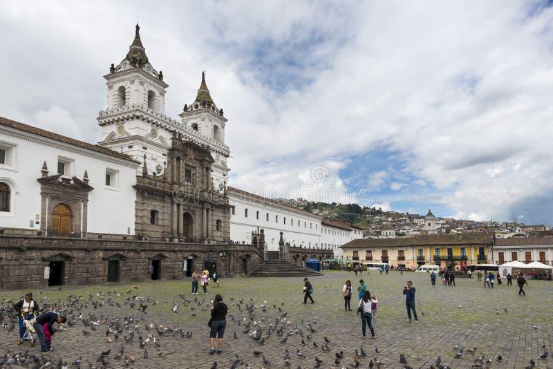 Vista da plaza e da igreja de San Francisco na cidade de Quito, Equador foto de stock royalty free
