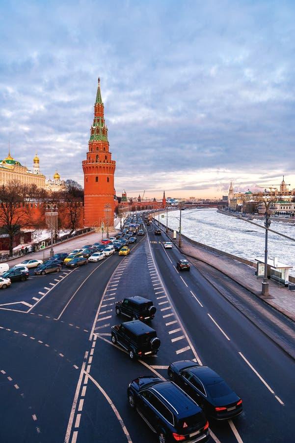 Vista da ponte à torre de Vodovzvodnaya do Kremlin de Moscou e da terraplenagem do Kremlin fotografia de stock royalty free