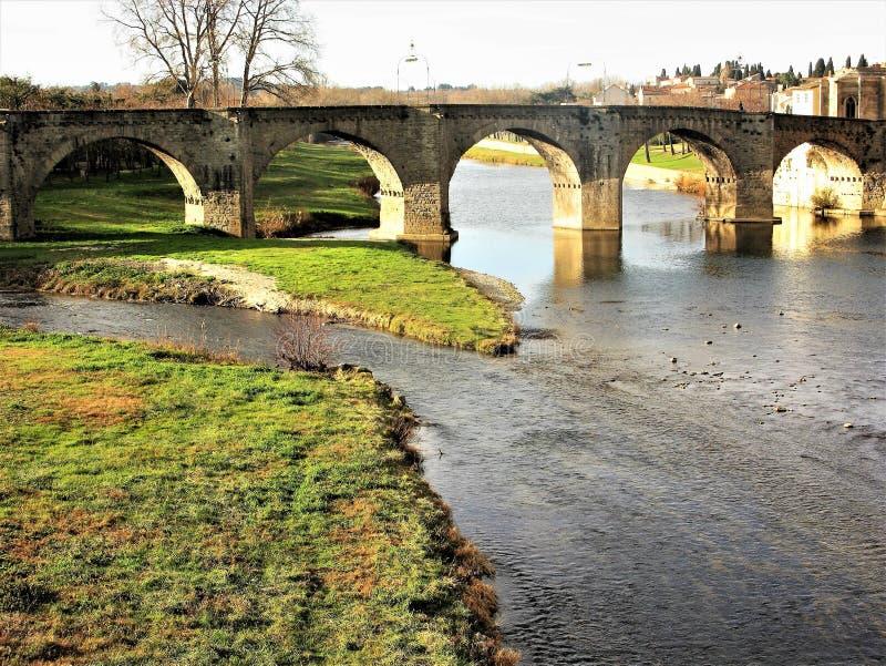 Vista da ponte arqueada sobre o rio Aude, Carcassonne, França foto de stock royalty free