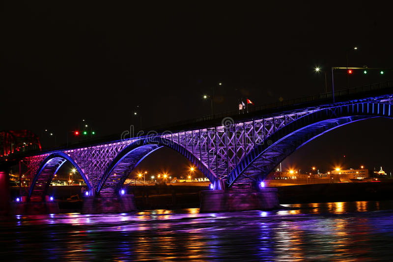Vista da ponte da paz na noite foto de stock royalty free