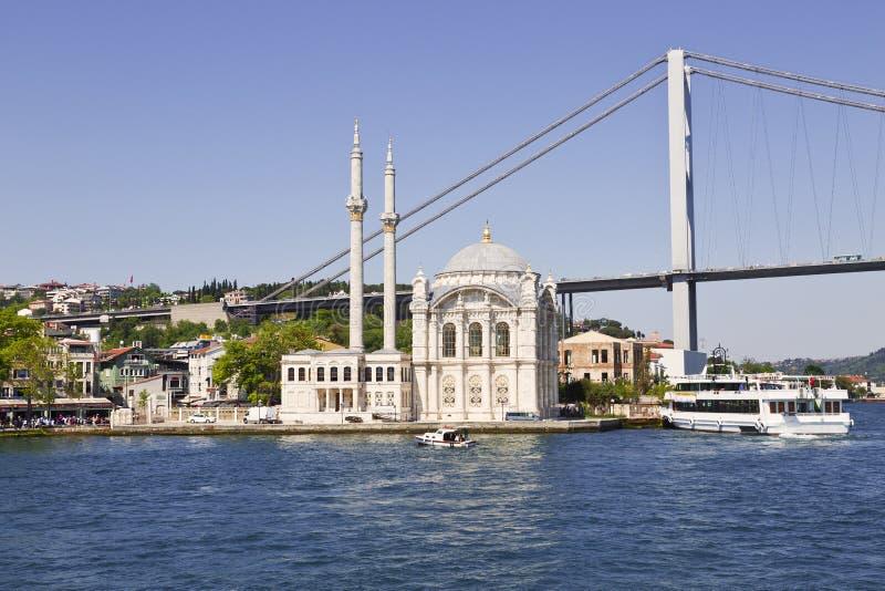 Vista da ponte de Bosphorus e da mesquita de Ortakoy foto de stock