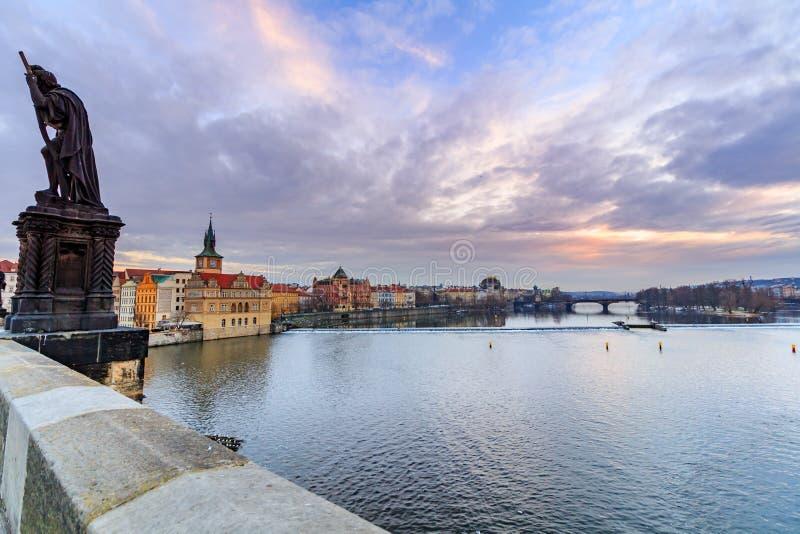 Vista da ponte de Charles ao museu de Smetana na margem direita do rio Vltava na cidade velha de Praga foto de stock royalty free