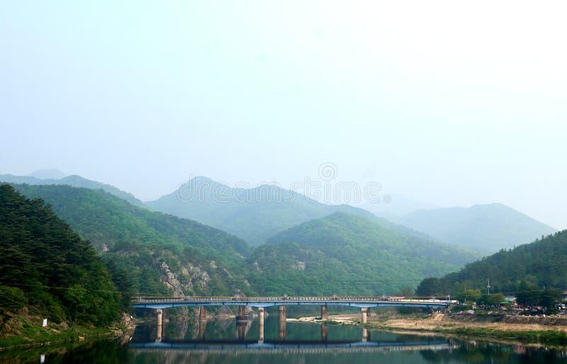 A vista da ponte de Ganhyeon refletiu em cima do rio de Seom em Wonju, Coreia do Sul fotografia de stock royalty free