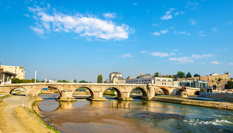 Vista da ponte de pedra em Skopje imagem de stock royalty free