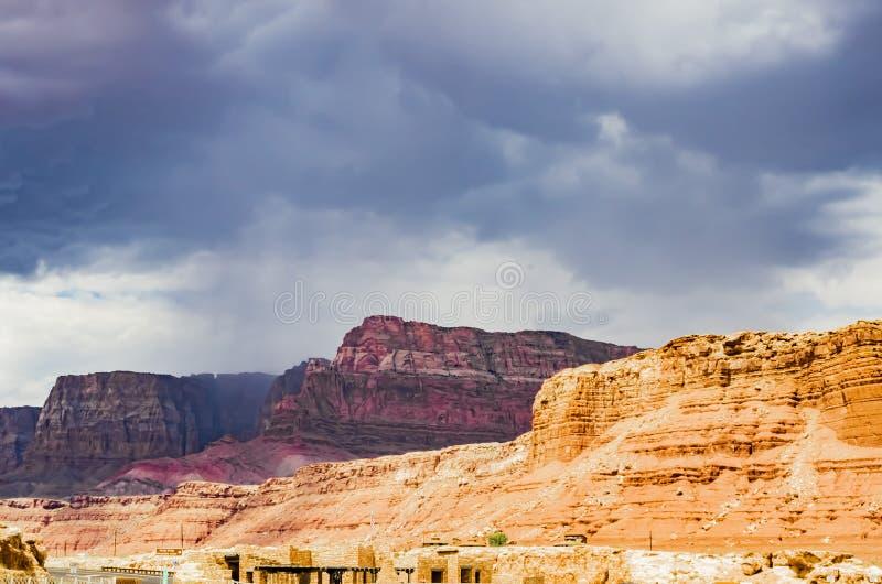 Vista da ponte do Navajo com chuva do verão, garganta de mármore Hwy 89 imagens de stock royalty free