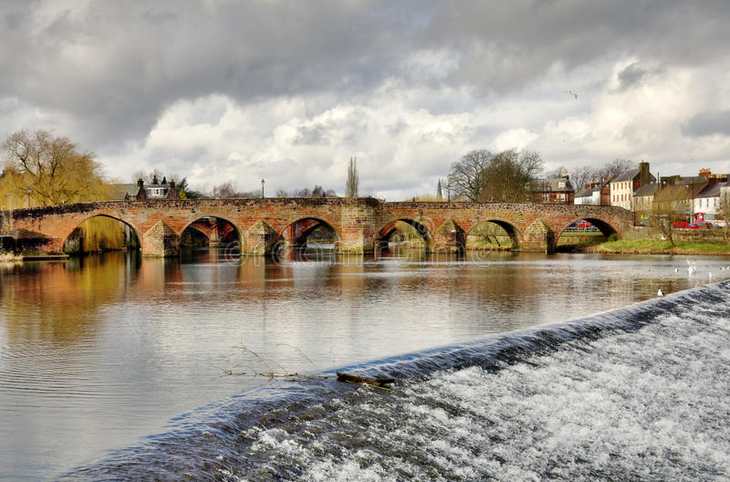 Ponte de Devorgilla sobre o rio Nith em Dumfries fotografia de stock