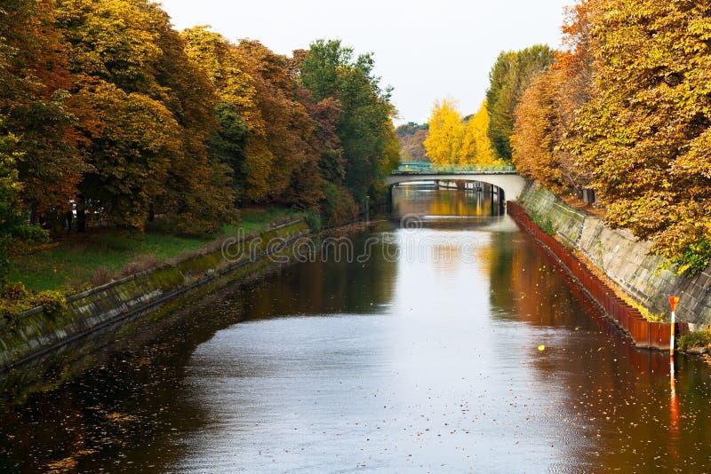 A vista da ponte e as folhas caem em Landwehrkanal imagens de stock royalty free