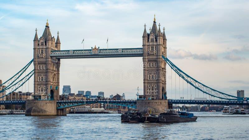 Vista da ponte icónica da torre, um dos marcos em Londres foto de stock royalty free