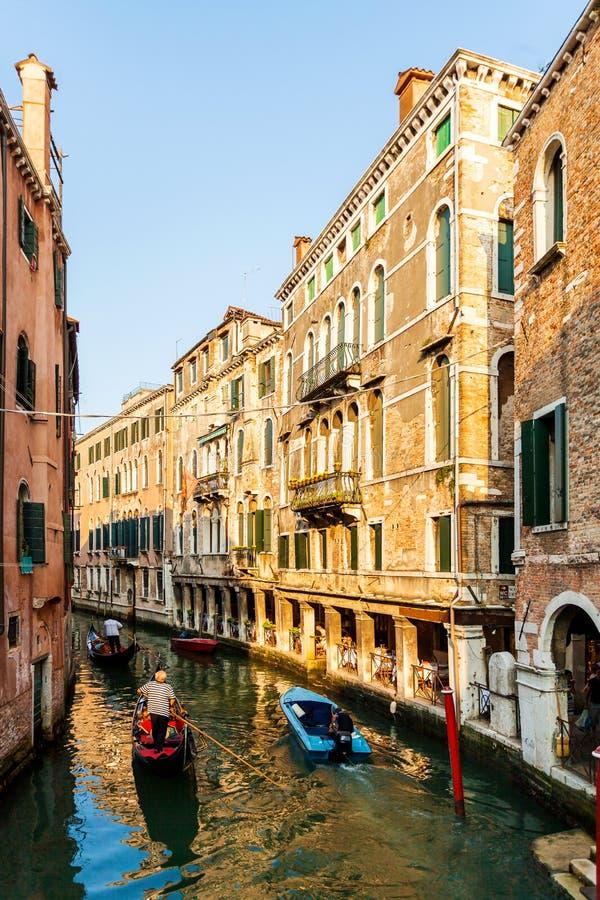 Vista da ponte nos canais pequenos em Veneza fotos de stock royalty free