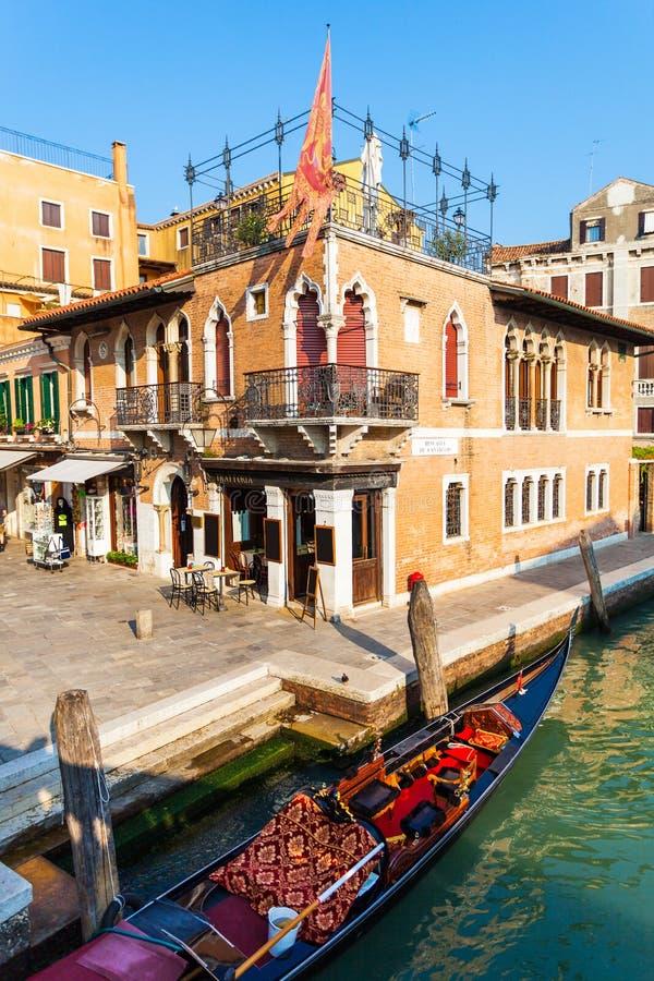 Vista da ponte nos canais pequenos em Veneza foto de stock royalty free