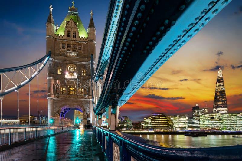 Vista da ponte da torre à skyline iluminada de Londres imagem de stock