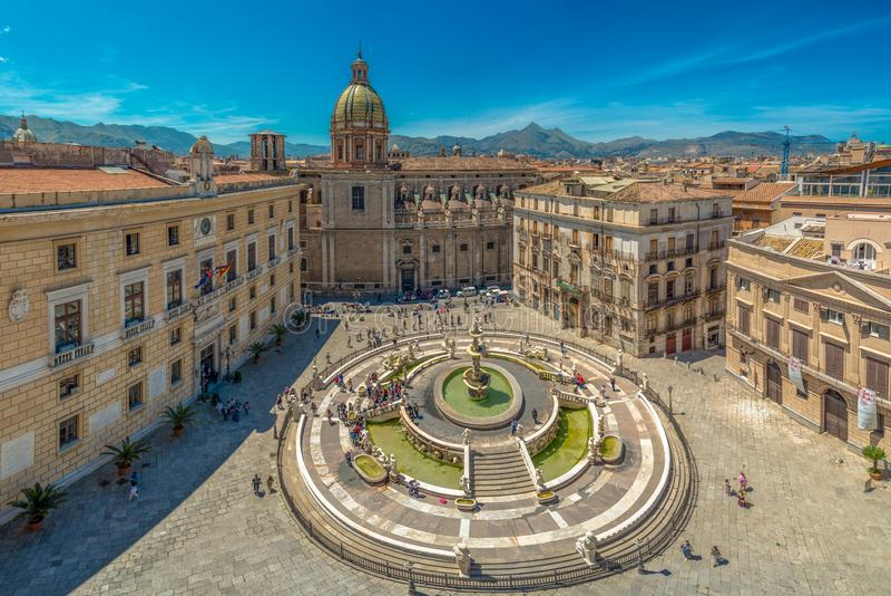 Vista da pra?a barroco Pretoria e da fonte Praetorian em Palermo, Sic?lia, It?lia fotos de stock royalty free