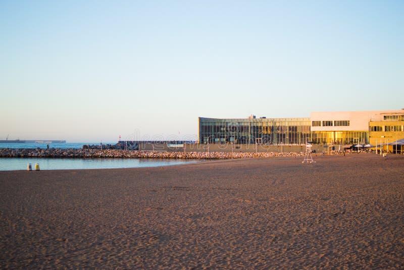 A vista da praia bonita chamou Poniente em Gijon, as Astúrias, Espanha foto de stock
