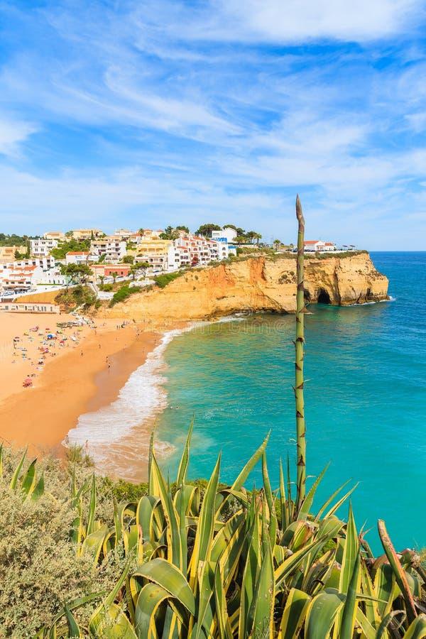 Vista da praia bonita na cidade de Carvoeiro foto de stock royalty free