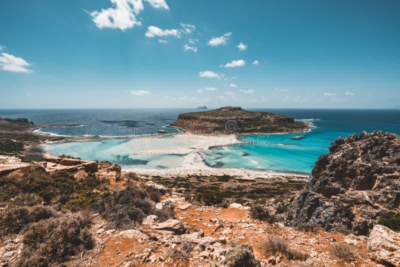 Vista da praia bonita na ilha da lagoa, e do Gramvousa de Balos na Creta, Grécia Dia ensolarado, céu azul com nuvens foto de stock