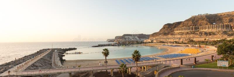 Vista da praia completa da baía de Playa de Amadores na ilha de Gran Canaria na Espanha fotos de stock