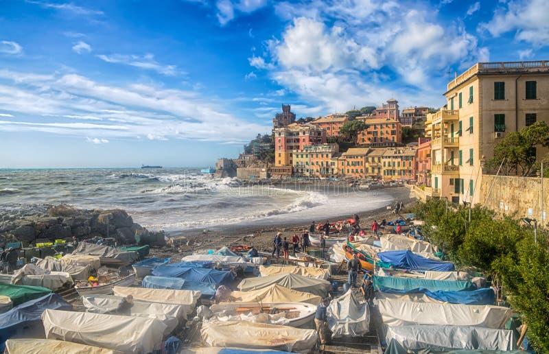 Vista da praia de Genoa Vernazzola em um dia ensolarado do outono com o céu azul com nuvens, Itália fotos de stock royalty free