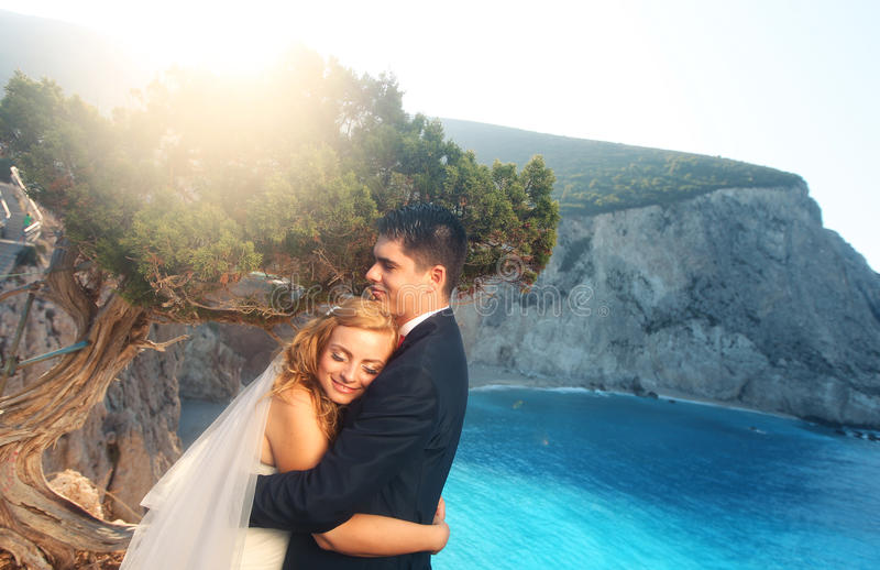 Vista da praia de Porto Katsiki, par bonito dos noivos bonitos de Lefkada Grécia fotos de stock