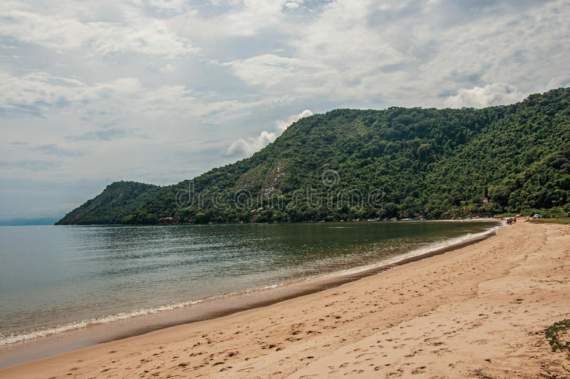 Vista da praia, do mar e da floresta no dia nebuloso em Paraty Mirim fotografia de stock royalty free