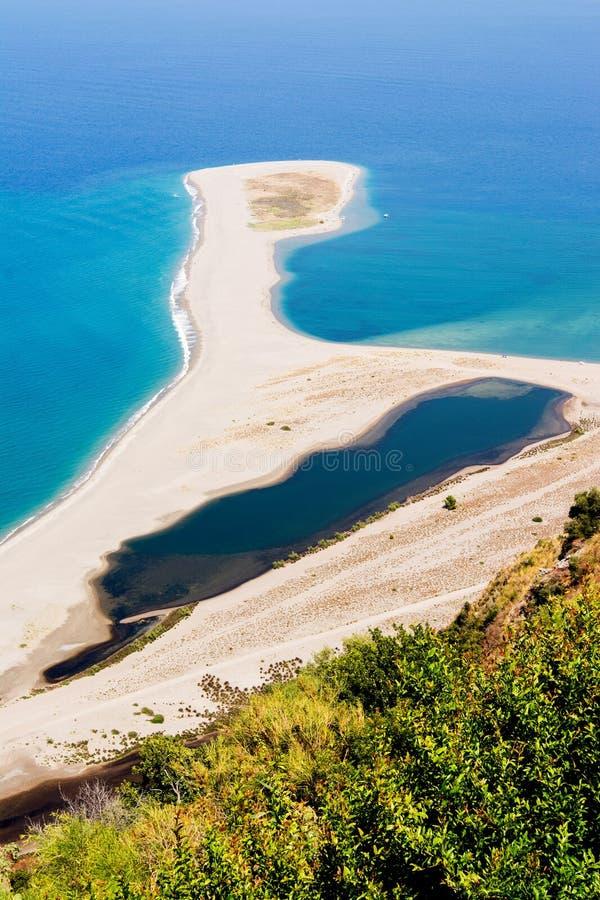 Vista da praia do tindari em Sicília imagem de stock