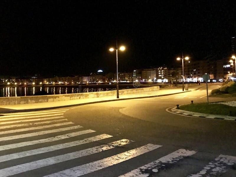 Vista da praia da entrada ao estacionamento em Sanxenxo, Galiza, Espanha durante a noite foto de stock royalty free