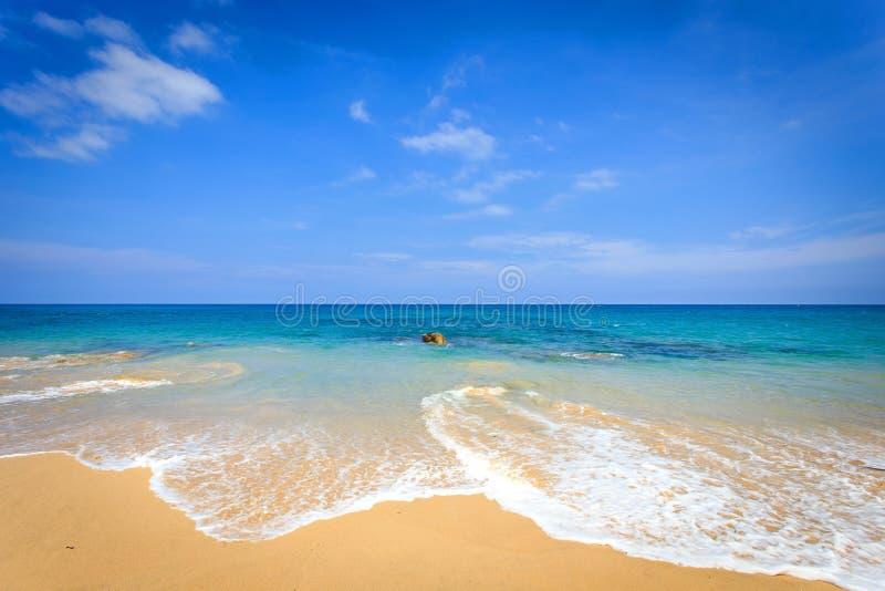 Vista da praia tropical em Tailândia imagem de stock royalty free