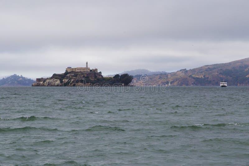 Vista da prisão de Alcatraz durante um dia tormentoso em San Francisco, Califórnia imagem de stock
