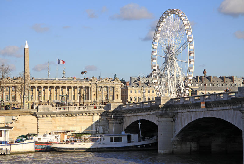 Vista da Quai d'Orsay a Pont de la il Concorde e la grande ruota di ferris, Parigi, Francia fotografie stock