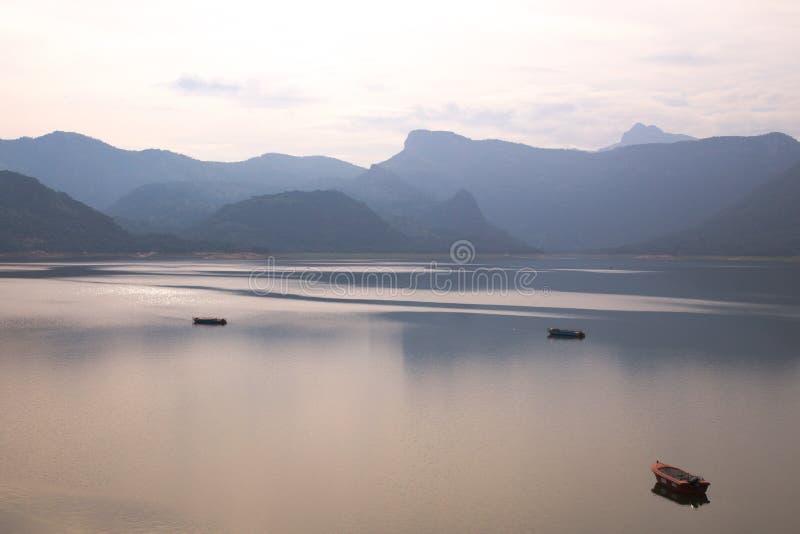 Vista da represa de Aliyar, Índia imagem de stock