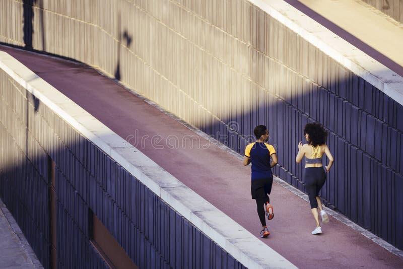 Vista da retaguarda de um casal interracial de corredores imagens de stock royalty free
