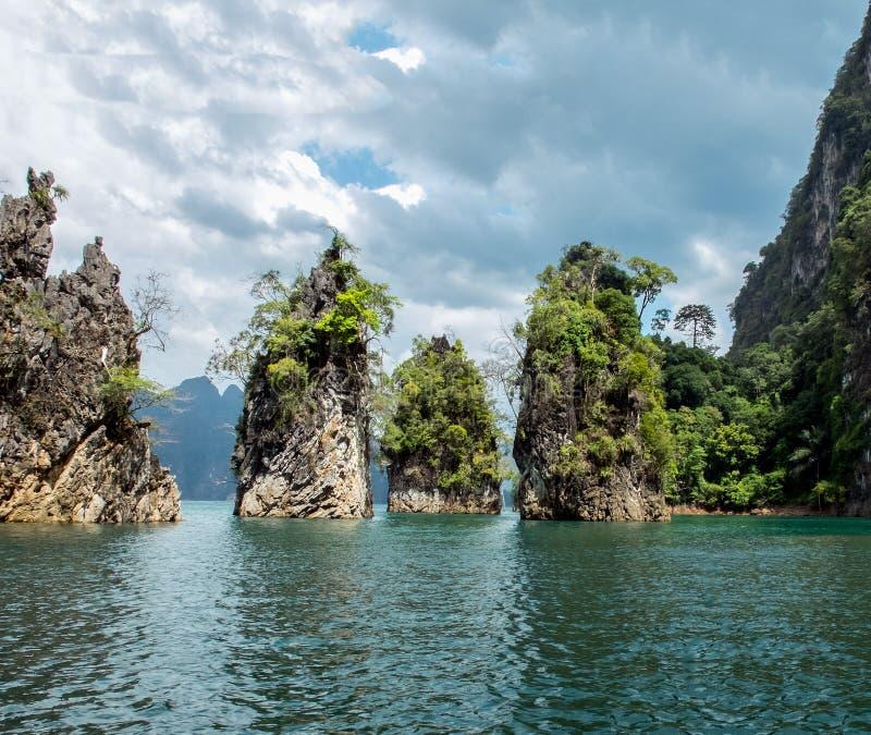 Vista da rocha do amigo do ponto três da atração turística na represa de Ratchaprapa em Khao Sok National Park foto de stock