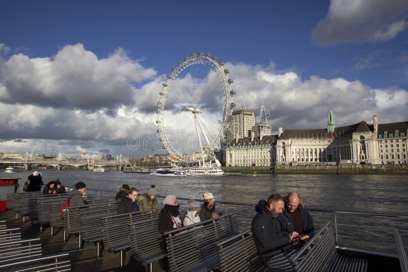 Vista da roda do milênio de London Eye na margem sul do rio Tamisa na frente da câmara municipal, imagens de stock royalty free