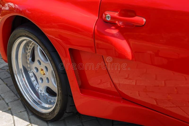 Vista da roda traseira e a entrada de ar do carro de esportes Porsche 944 na exposição da cidade de carros retros foto de stock royalty free