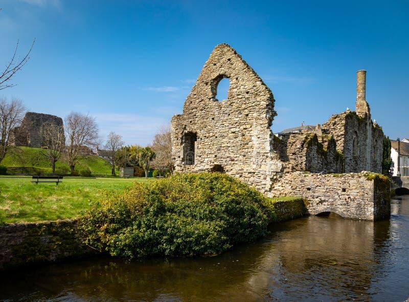 Vista da ruína antiga de uma casa normanda sobre o rio Avon através de Christchurch, Reino Unido fotografia de stock royalty free
