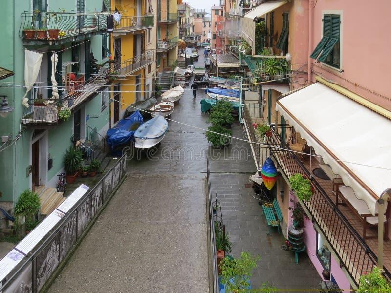 Vista da rua da cidade costeira de Manarola em um dia de verão chuvoso Terre de Cinque imagens de stock royalty free