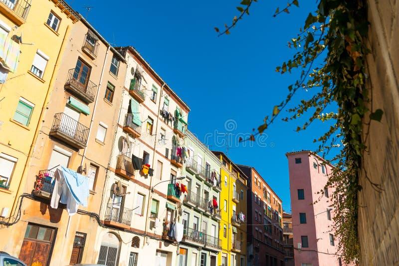 Vista da rua com as casas coloridas na cidade medieval espanhola catalan pequena durante o dia de mola ensolarado e o céu azul cl fotos de stock