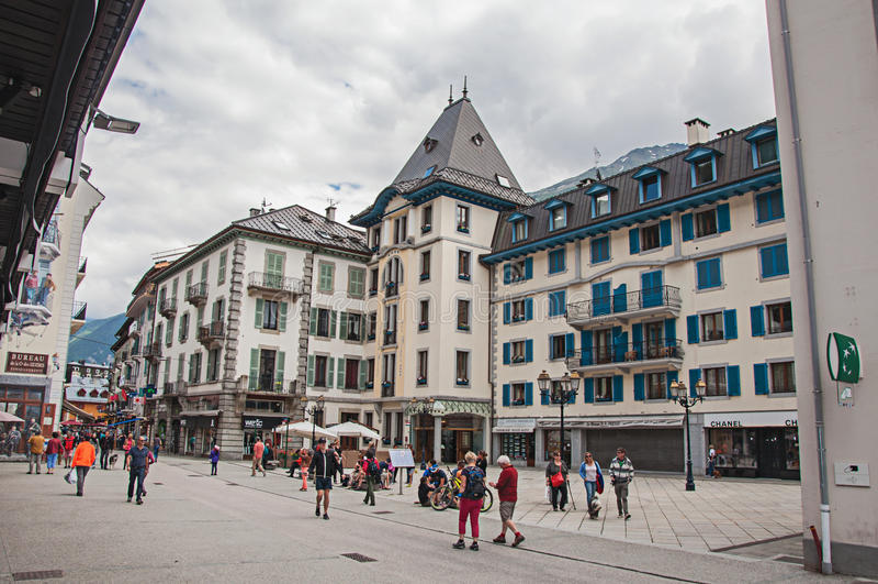Vista da rua com povos e lojas no centro de Chamonix imagem de stock