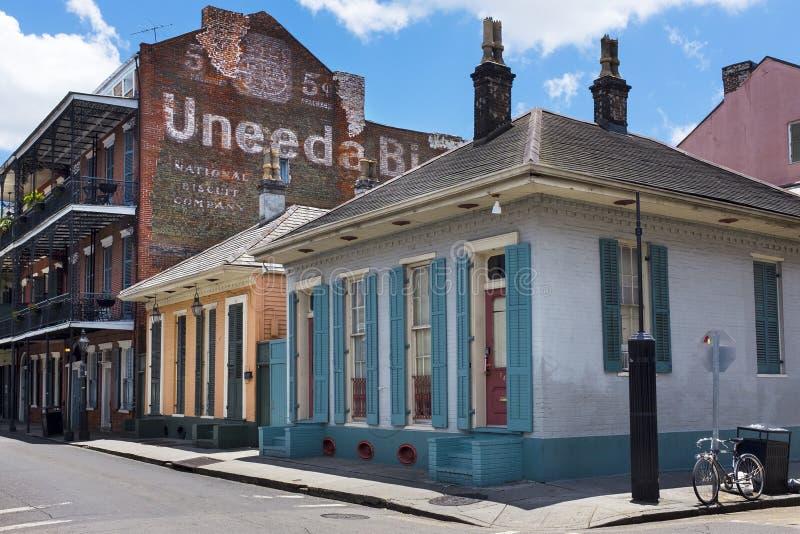 Vista da rua de Bourbon no bairro francês na cidade de Nova Orleães foto de stock
