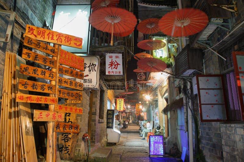 Vista da rua iluminada em Fenghuang foto de stock royalty free