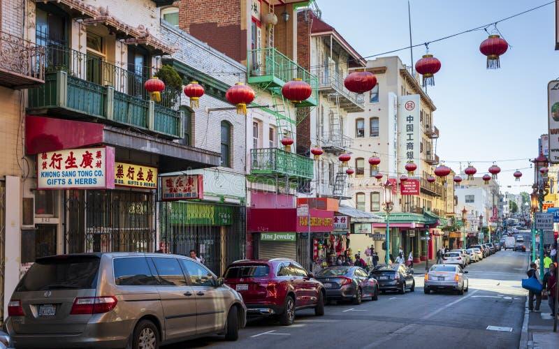 Vista da rua movimentada no bairro chinês, San Francisco, Califórnia, Estados Unidos da América, EUA imagem de stock royalty free