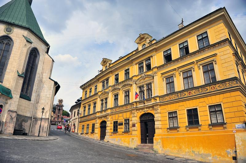 Vista da rua na cidade velha de Banska Stiavnica, Eslováquia fotos de stock