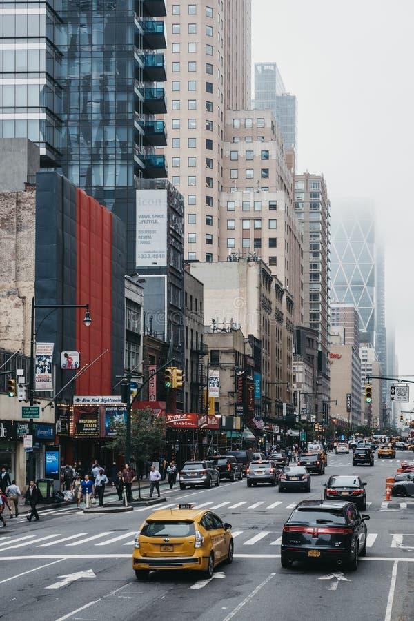Vista da 8a rua, New York, EUA, da parte superior do ônibus de turista imagem de stock