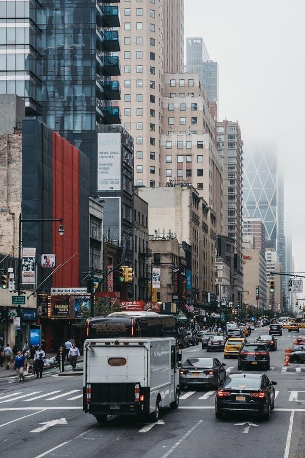 Vista da 8a rua, New York, EUA, da parte superior do ônibus de turista fotos de stock royalty free