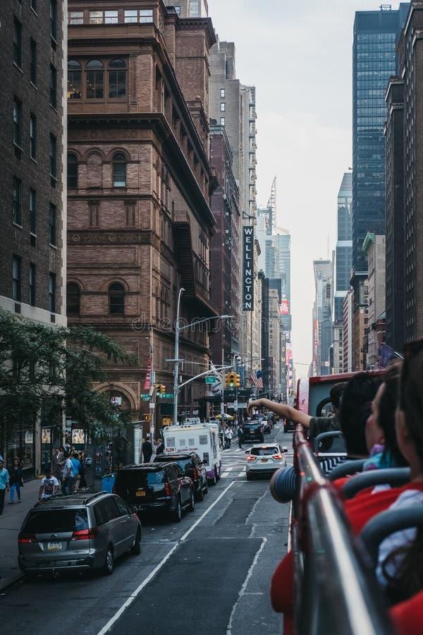Vista da 7a rua da parte superior do ônibus de turista, Manhattan, New York, EUA fotos de stock royalty free