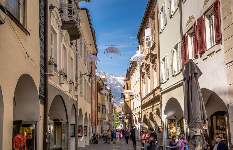 Vista da rua principal de Merano, Bolzano, Tirol sul, Itália imagem de stock