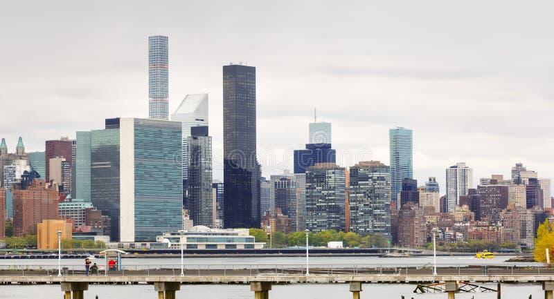 Vista da skyline de Manhattan do Midtown e da sede de United Nations fotos de stock royalty free