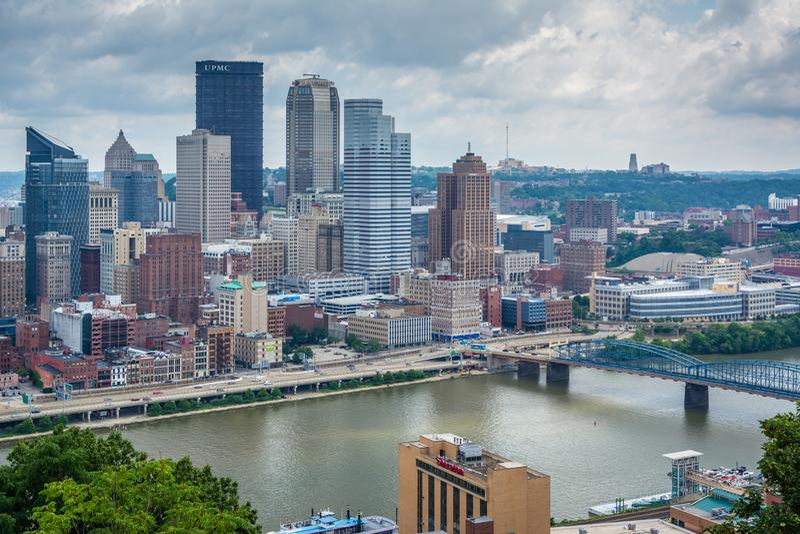 Vista da skyline de Pittsburgh e do rio de Monongahela, em Pittsburgh, Pensilv?nia foto de stock royalty free