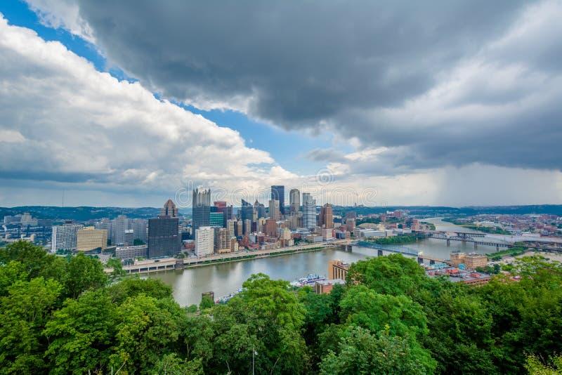 Vista da skyline de Pittsburgh e do rio de Monongahela, da montagem Washington, Pittsburgh, Pensilv?nia foto de stock