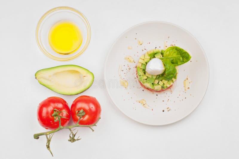 Vista da sopra al tomatoe, l'avocado ed il piatto immagini stock libere da diritti